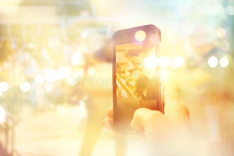 De abstracte mens neemt een musicus van de foto mobiele telefoon op straat royalty-vrije stock fotografie