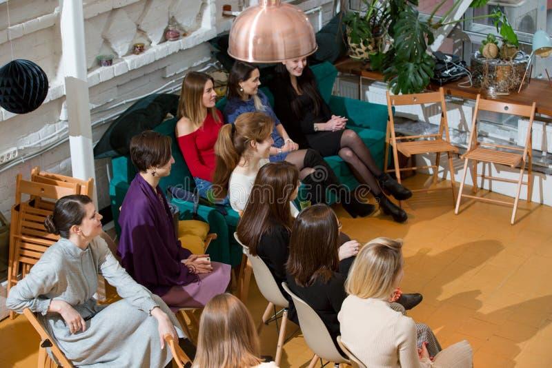 De abstracte mensen spreken in seminarieruimte, onderwijs of opleidingsconcept royalty-vrije stock afbeelding