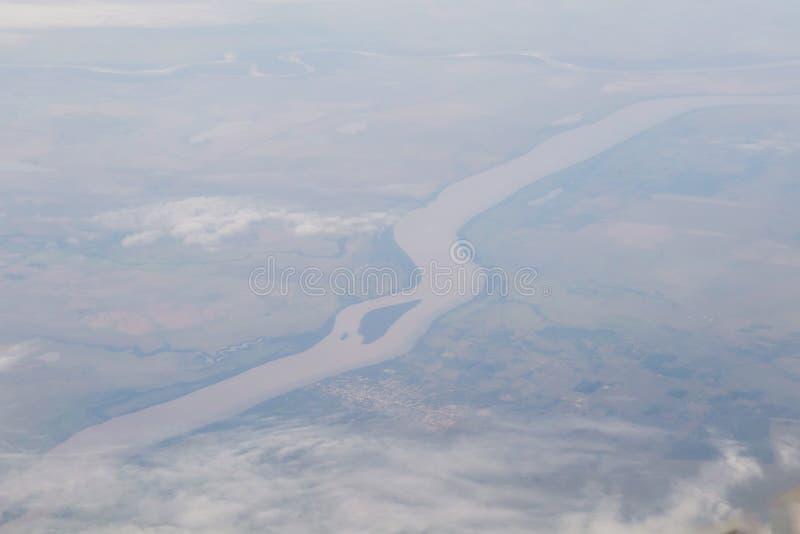 De abstracte natuurlijke uitstekende achtergrond van het aerolandschap met de Rivier van Amazonië in Brazilië, die van een vliegt stock foto
