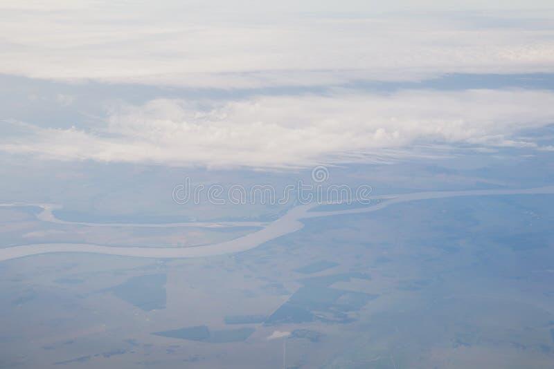 De abstracte natuurlijke uitstekende achtergrond van het aerolandschap met de Rivier van Amazonië in Brazilië, die van een vliegt stock afbeeldingen