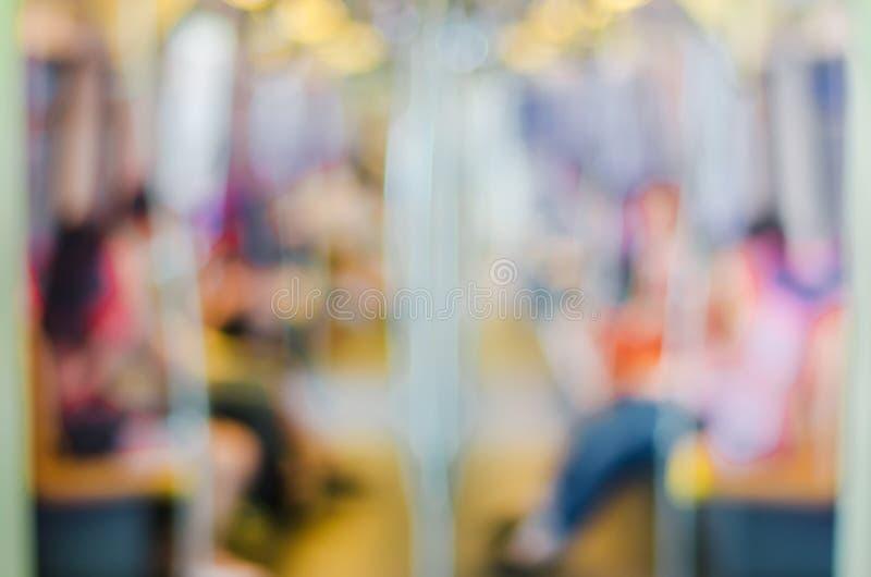 De abstracte Onduidelijk beeldachtergrond, Defocus-mening van mensen is op bts skytrain of Metro, Vaag van mensen die op metro zi stock afbeelding