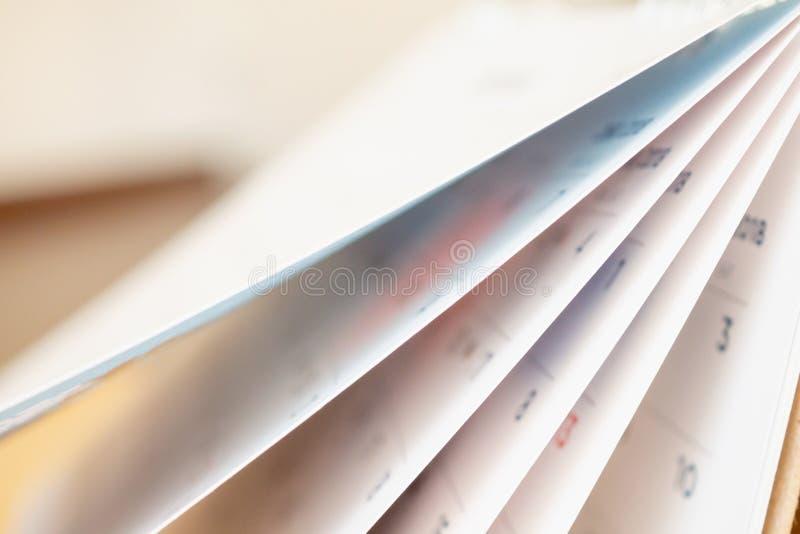 De abstracte de pagina van de onduidelijk beeldkalender het wegknippen achtergrond van de bladclose-up royalty-vrije stock fotografie