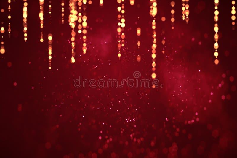 De abstracte rode achtergrond van de Kerstmisgradiënt met bokeh en gouden strook, feestelijke de gebeurtenis van de de liefdevaka
