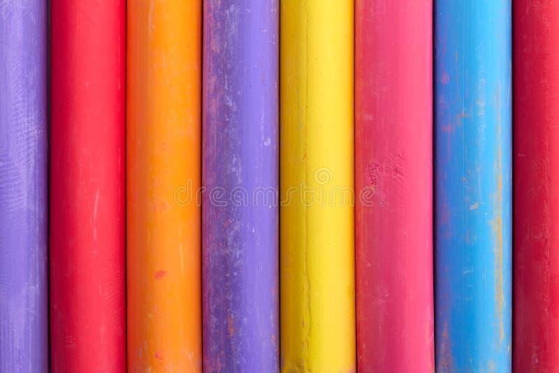 De abstracte samenstelling van het kleurenkrijt rechtop stock afbeeldingen