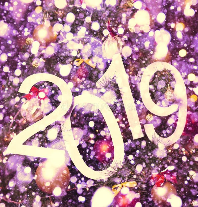 de abstracte tekst van 2019 op purpere achtergrond van Kerstmisboom en lichten - heldere vakantieachtergrond royalty-vrije stock afbeeldingen