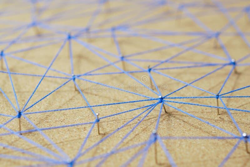 De abstracte verbinding van de Weblijn van kleurengaren van spijkerknoop aan knoop op witte achtergrond, voorzien van een netwerk stock foto's
