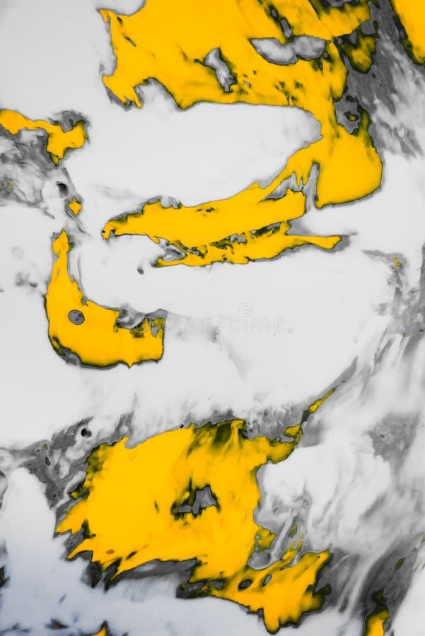 De abstracte Verf bespat Achtergrond Witte grijze en oranje vloeistof die psychedelische achtergrond mengen stock foto
