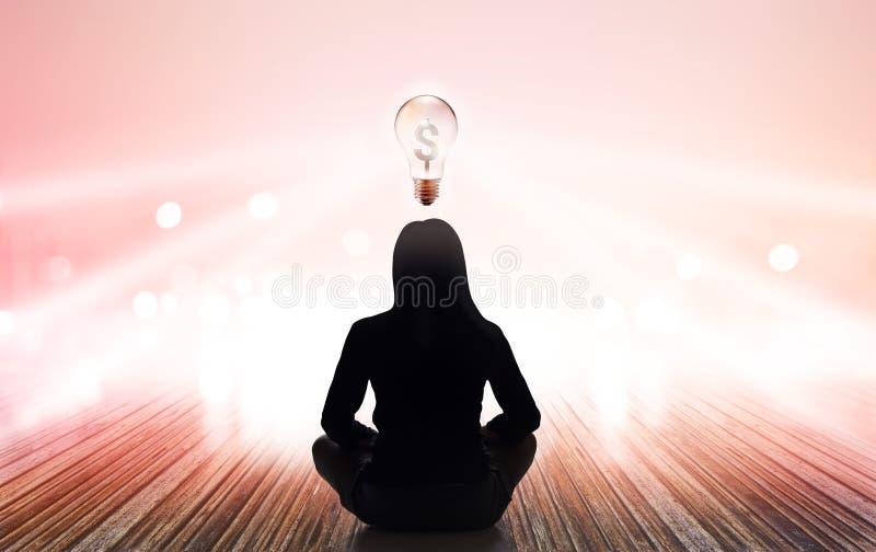 De abstracte vrouw mediteert bij stralen van lichte pastelkleur en het lichte geld van het blubteken op trillende achtergrond stock afbeelding