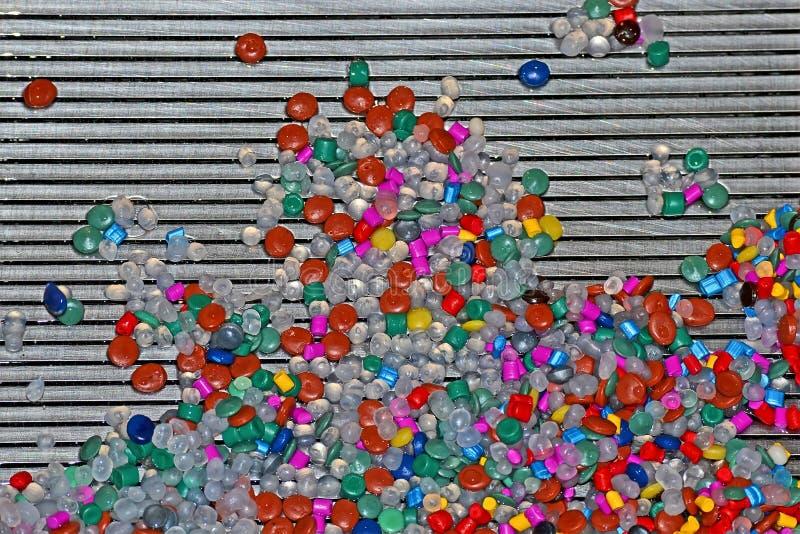 De abstracte willekeurige kleurencomponenten hopen op metaal zilveren net, industriële diversiteit op, stock fotografie