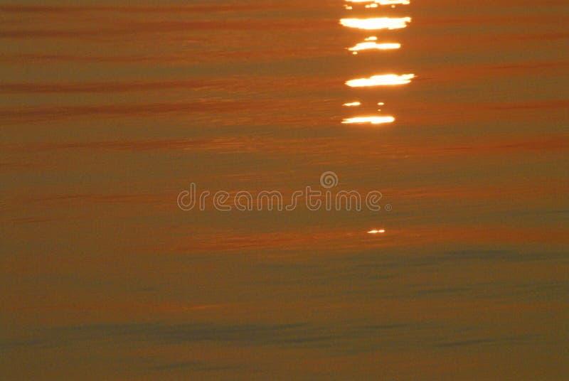 De ABSTRACTE Zonsopgang leidt tot Oranje Kleur voor Oceaanwater royalty-vrije stock fotografie