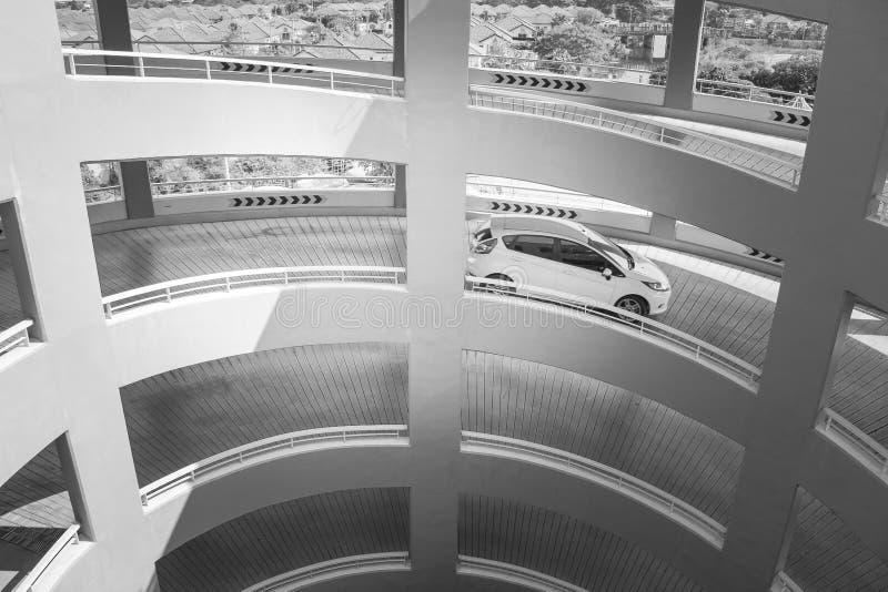 De abstracte Zwart-witte architectuur van het beeld zijaanzicht van spiraalvormige weg bij parkerenvloer royalty-vrije stock afbeeldingen