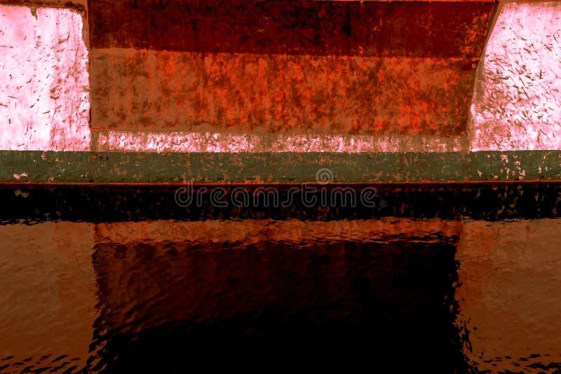 De abstractie van een beeld van de kant van een roestige boot legde in het water van een havenjachthaven vast stock afbeeldingen