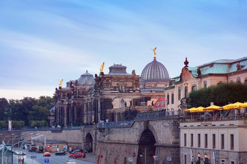De Academie van Dresden van Beeldende kunsten en Bruhl-terras bij zonsondergang stock afbeeldingen
