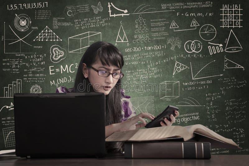 De accountant berekent belasting met laptop stock afbeelding