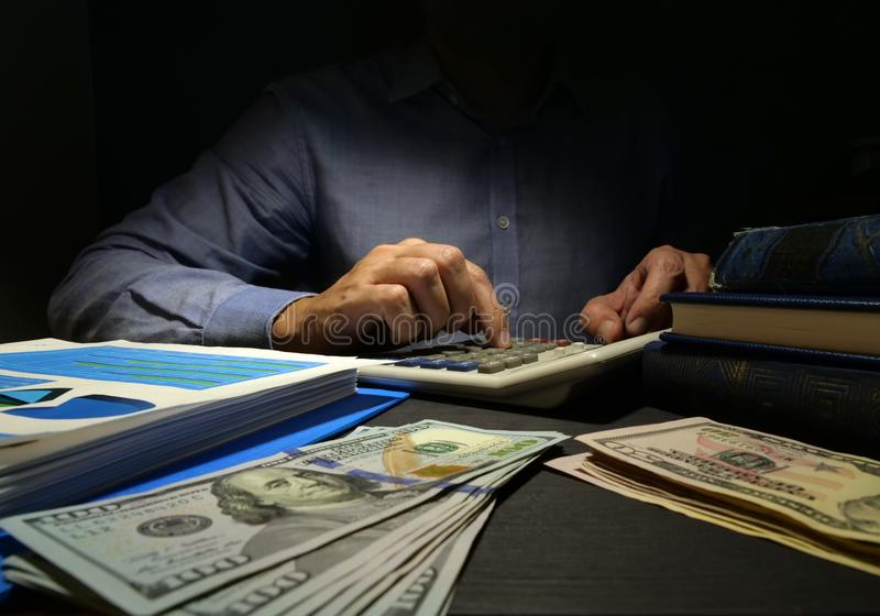 De accountant gebruikt calculator voor geld het tellen Onbeveiligde persoonlijke lening royalty-vrije stock foto