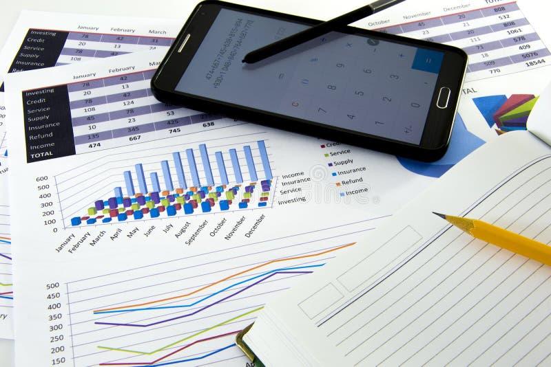 De accountant verifieert de nauwkeurigheid van financiële staten Boekhouding, Boekhoudingsconcept royalty-vrije stock fotografie