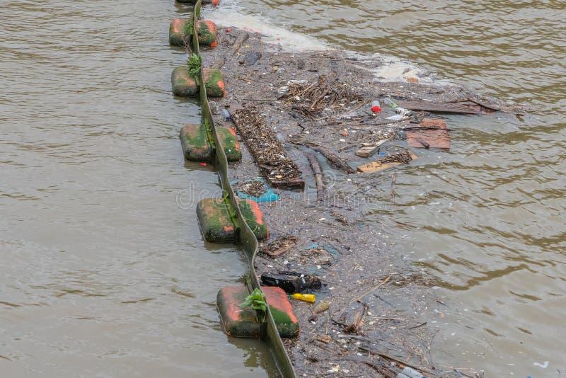 De accumulatie van plastic voorwerpen of mariene draagstoel in het milieu van de Aarde beïnvloedt ongunstig het wild en mensen stock afbeeldingen