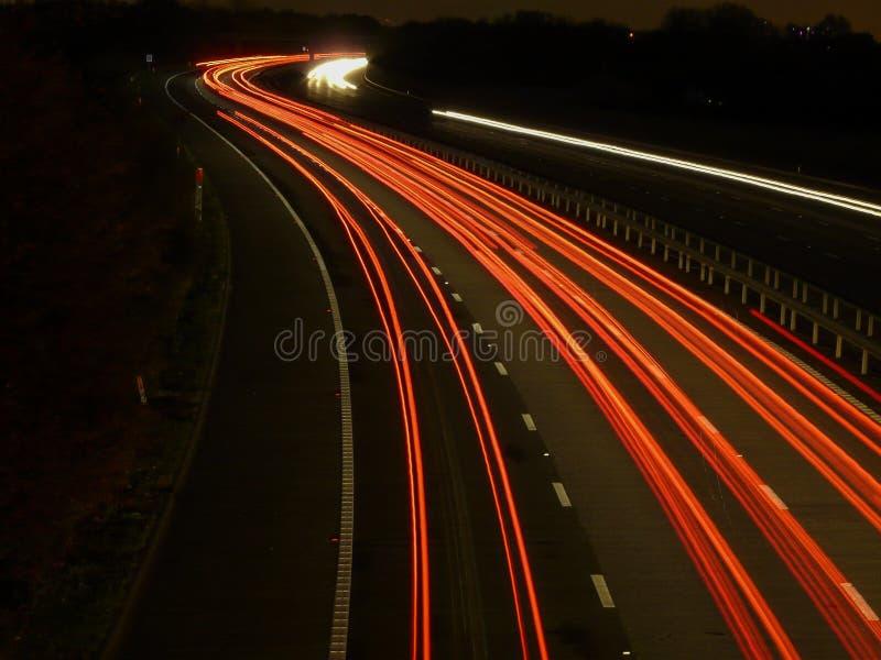 De achter lichte slepen van het autosnelwegverkeer stock foto's