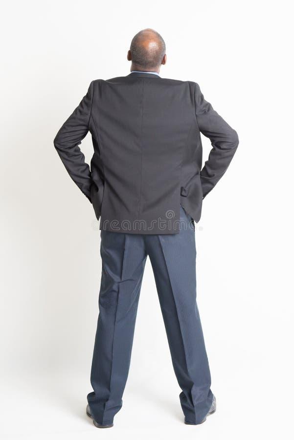 De achter rijpe Indische zakenman die van de menings volledige lengte omhoog kijken stock foto