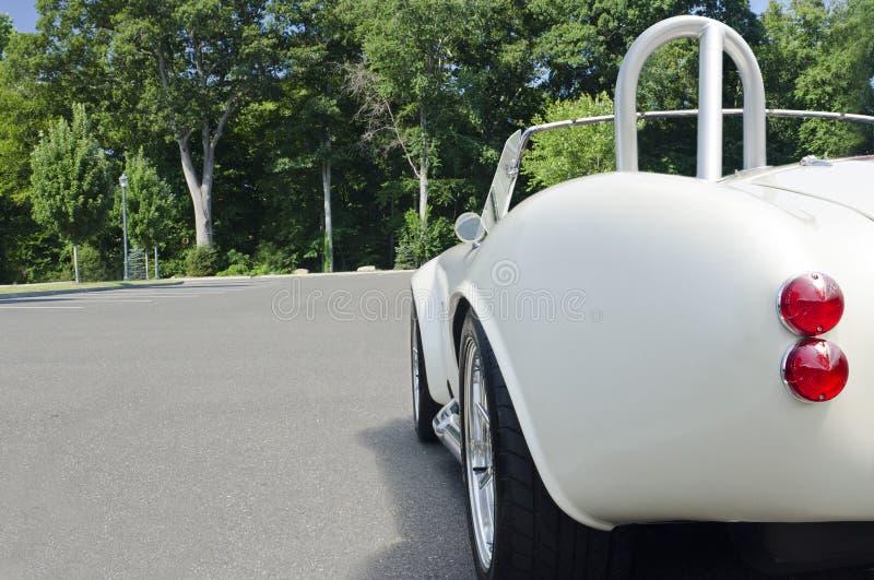 De achter witte convertibele sportwagen van de kwartmening royalty-vrije stock foto