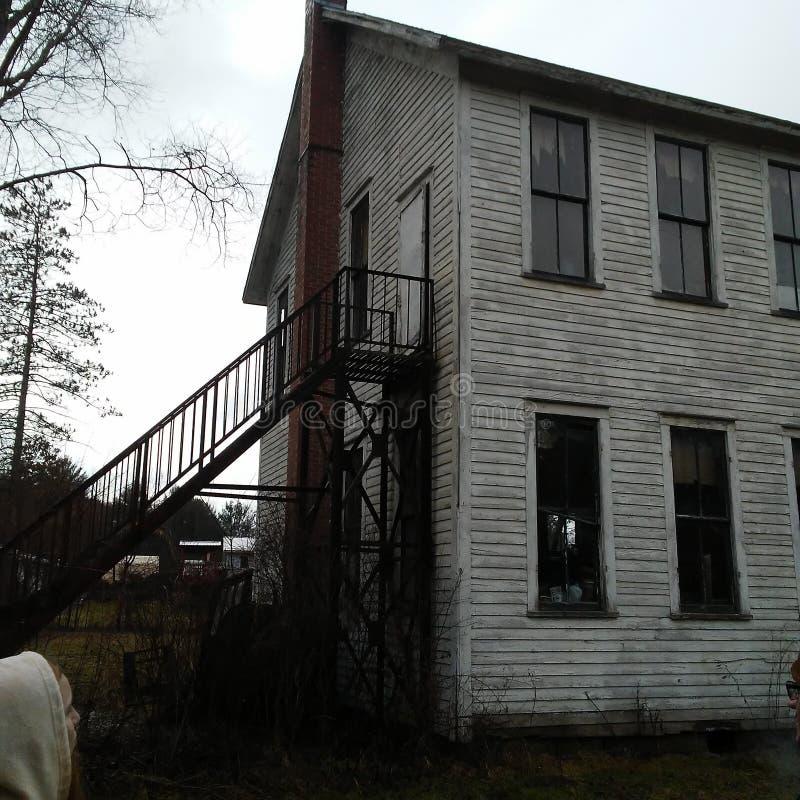 De achtergevel bekijkt het oude huis van de kerkschool in Ondernemingspa royalty-vrije stock foto