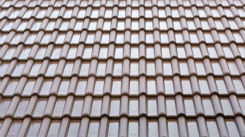 De achtergrond en de textuur van het tegeldak Patroon van het natte tegelsdak stock fotografie