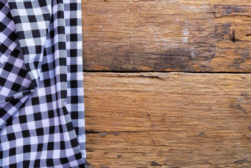 De achtergrond maakte van geruit servet op oude houten lijst royalty-vrije stock foto