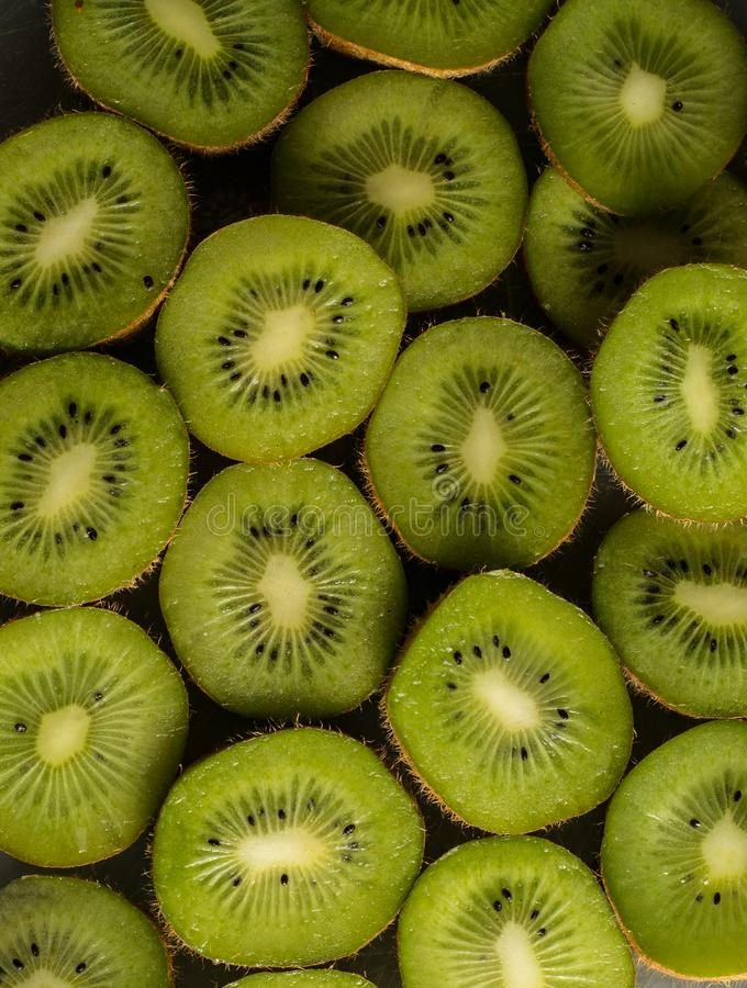 De achtergrond sneed kiwi royalty-vrije stock foto