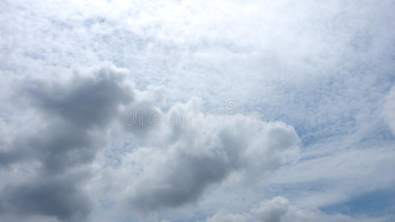 De achtergrond Stratocumulus, de Cumulus en Nimbostratus de pluizige wolk vatten op de blauwe hemel samen royalty-vrije stock afbeeldingen