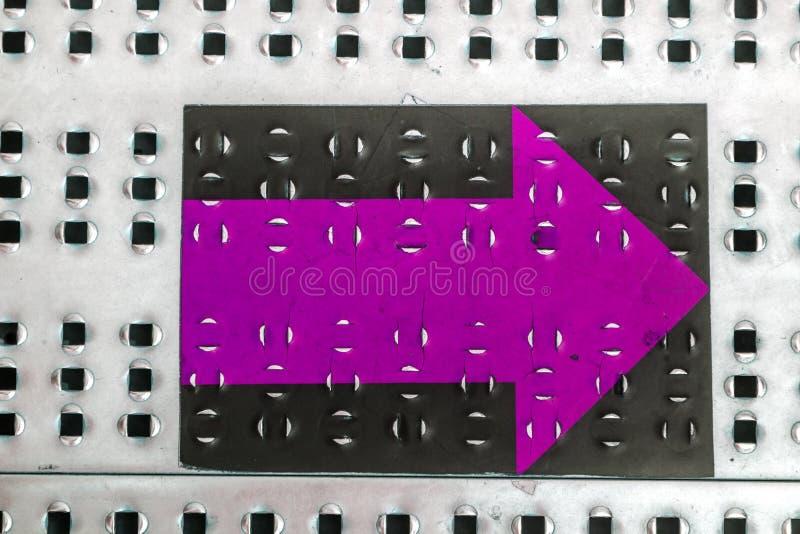 De achtergrond of de textuur van het Grungemetaal met krassen en barsten Achtergronddiemetaaloppervlakte van roestvrij staal word royalty-vrije stock fotografie
