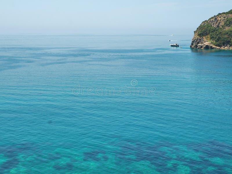 De achtergrond van de aard Blauwe lagune dichtbij Budva, Montenegro Mooie overzees scape op zonnige dag royalty-vrije stock foto's