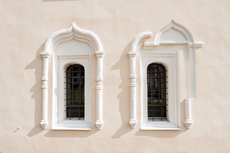De achtergrond van de architectuur Oude vensters en architecturale elementen in het StNikita-gebouw in Veliky Novgorod, Rusland stock foto
