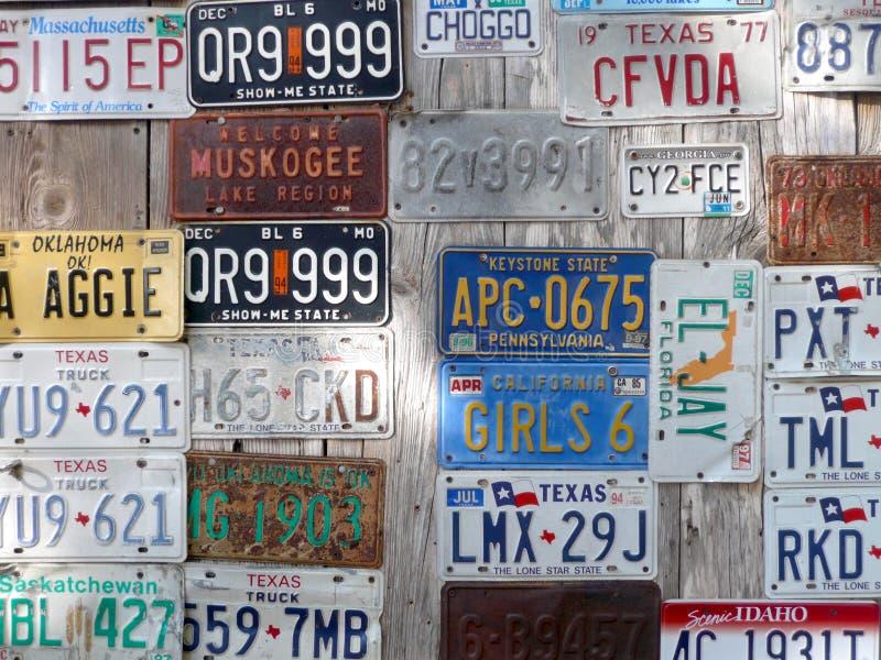 De achtergrond van autonummerplaten in een kleine stad in Texsas stock afbeelding