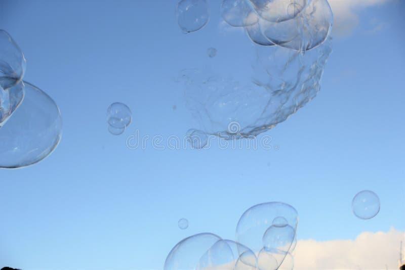 De achtergrond van de bellenbel drijft in hemel modern eenvoudig abstract ontwerp met exemplaarruimte royalty-vrije stock foto
