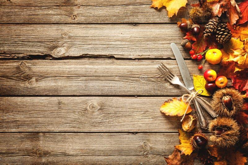 De achtergrond van de dankzeggingsherfst met het uitstekende tafelzilver stock foto's