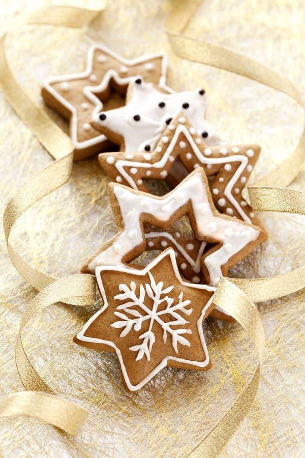 De achtergrond van de kerstkaart met de koekjes van de Gember stock afbeeldingen