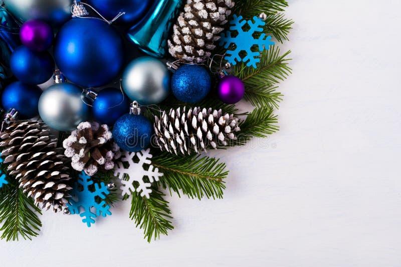De achtergrond van de Kerstmisgroet met blauwe en wit gevoelde sneeuwvlok royalty-vrije stock foto