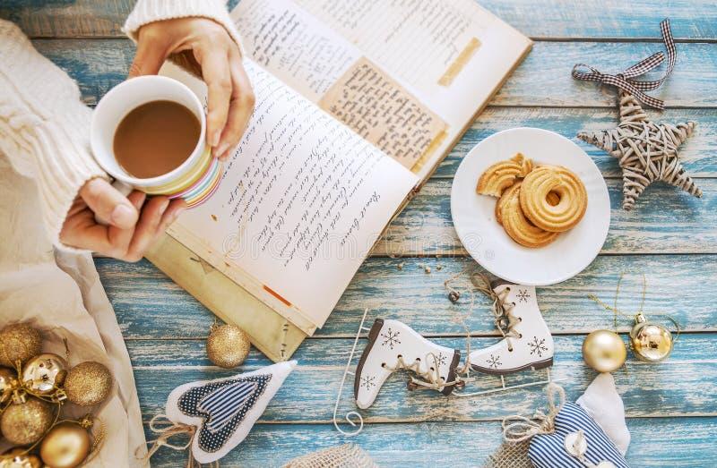 De achtergrond van de Kerstmistijd met decoratie, koffie en het koken nr stock fotografie