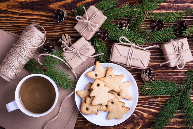 De achtergrond van de Kerstmisvakantie met eigengemaakte Kerstmiskoekjes, kop van stock foto