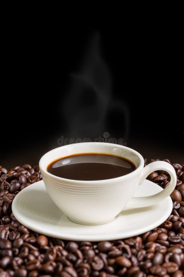De Achtergrond van de koffiekop/de Kop van de Koffiekop/Koffie op Zwarte Achtergrond stock foto's