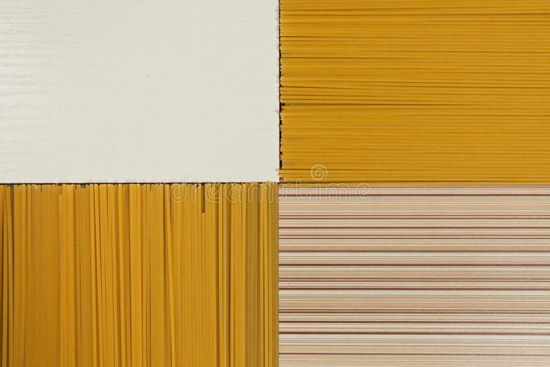 De achtergrond van de spaghetti Gele lange spaghetti op zwarte achtergrond Dunne die deegwaren in rijen worden geschikt Gele Ital stock foto's
