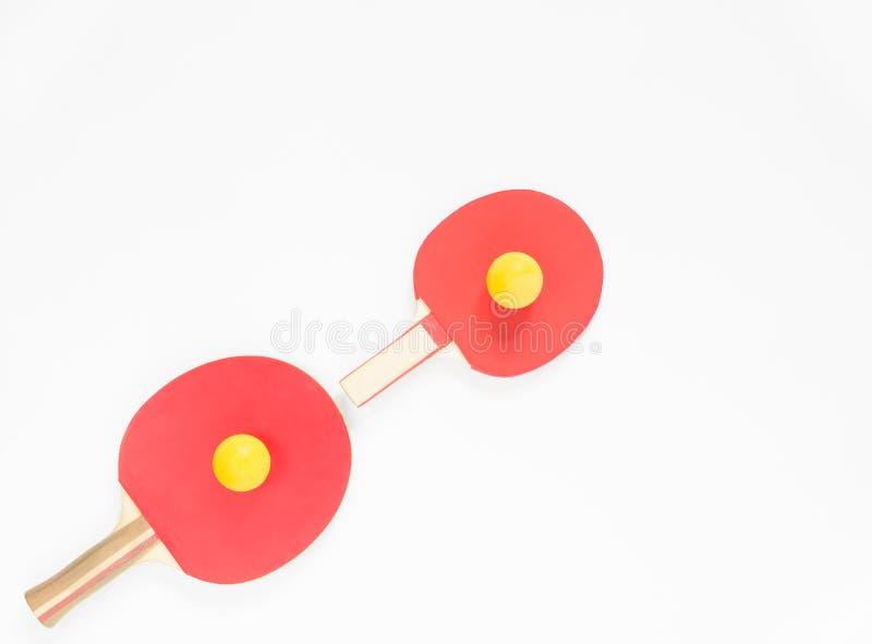 De achtergrond van de sport Rode pingpongrackets en ballen Vlak leg, hoogste mening royalty-vrije stock afbeeldingen