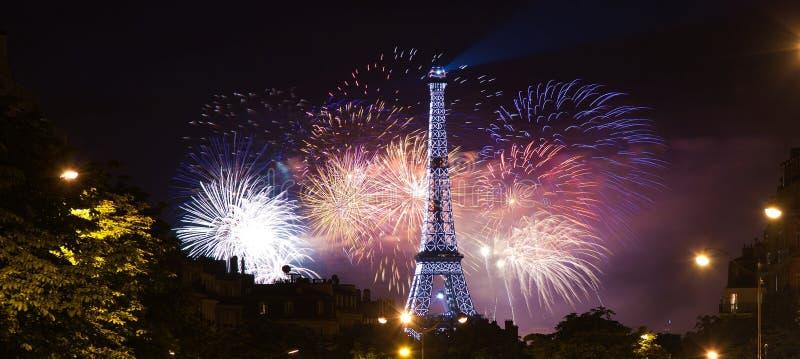 De achtergrond van de Toren van Eiffel in vuurwerk stock foto