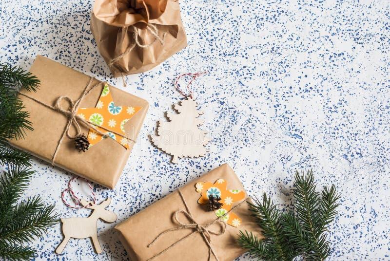 De achtergrond van de vakantie Eigengemaakte Kerstmisgiften en decoratie op lichte achtergrond stock fotografie