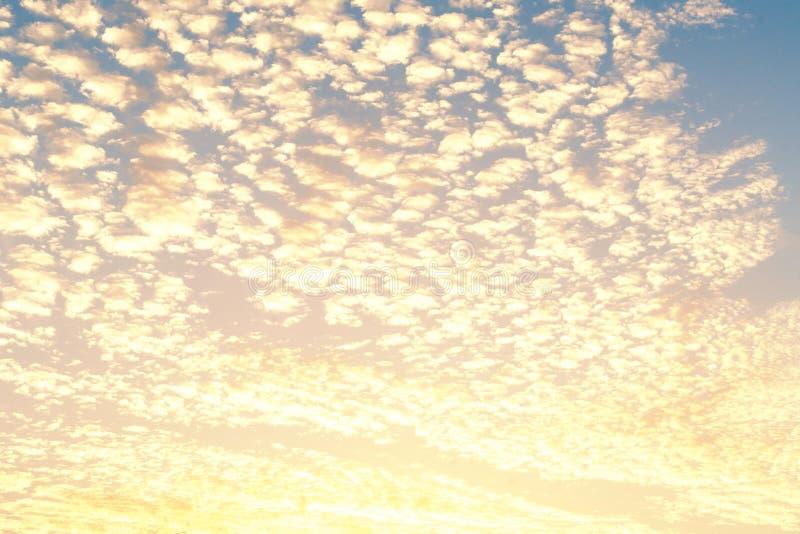 De achtergrond van de zonsopganghemel met witte wolken in de zonnige zomer of SP royalty-vrije stock afbeelding