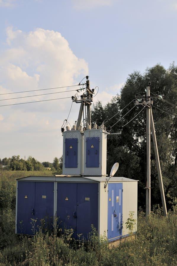 De achtergrond van de energieindustrie van het verwarren van bedrading van transformatorhulpkantoor die met hoog voltage het mach stock foto
