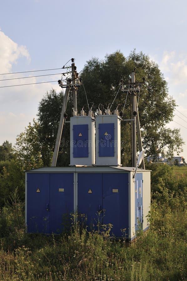 De achtergrond van de energieindustrie van het verwarren van bedrading van transformatorhulpkantoor die met hoog voltage het mach royalty-vrije stock foto