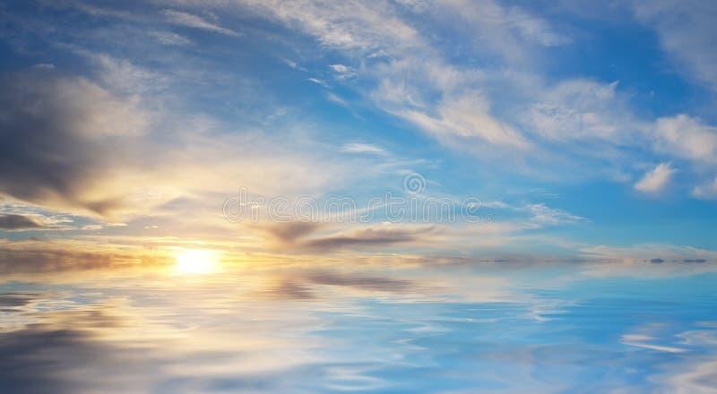 De achtergrond van de hemel op zonsondergang stock foto