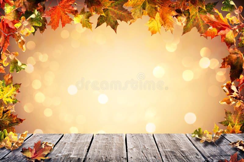 De achtergrond van de herfst met dalende bladeren stock foto's