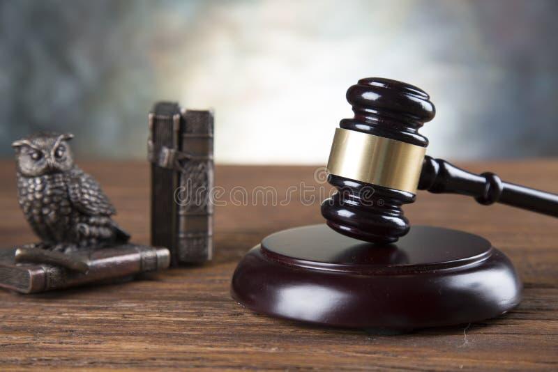 De achtergrond van het advocatenbureau De samenstelling van wetssymbolen op grijze steenachtergrond royalty-vrije stock afbeeldingen